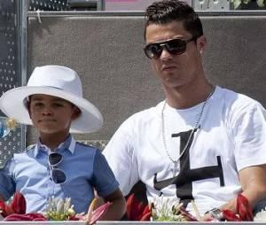 """Cristiano Ronaldo dit à son fils que sa mère (inconnue) est """"en voyage"""""""