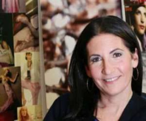 Bobbi Brown : de maquilleuse professionnelle à papesse des cosmétiques - vidéo