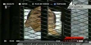 Egypte : Hosni Moubarak comparaît sur une civière