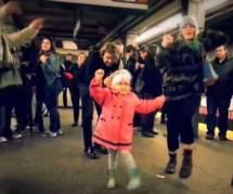 Une fillette transforme un quai de métro en piste de danse - vidéo