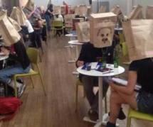 Draguer avec un sac sur la tête : la nouvelle tendance WTF