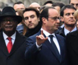 Qui est le beau gosse derrière François Hollande sur les photos de la marche ?