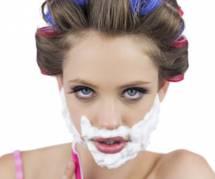 Se raser le visage pour éviter les rides : la tendance WTF