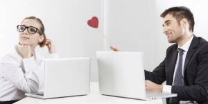 10 signes qui prouvent que votre collègue craque pour vous