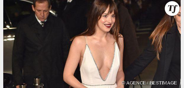 50 Shades of Grey : Dakota Johnson et ses robes très décolletées font le buzz