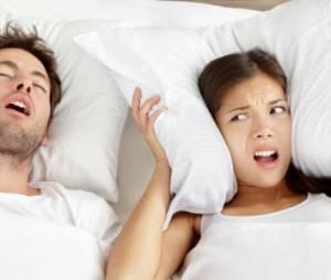 8 tactiques pour (enfin) dormir avec un homme qui ronfle