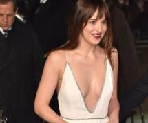 Dakota Johnson dévoile ses tatouages aux Oscars