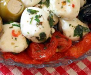 Bocconcini et pétales de tomates confites marinés