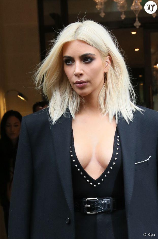 Kim Kardashian avec son carré long et blond platine
