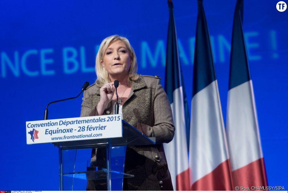 Marine Le Pen fait un discours lors d'un meeting sur les élections départementales