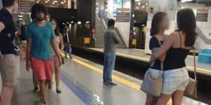 La photo de ces deux femmes sur le quai du métro fait le tour du monde