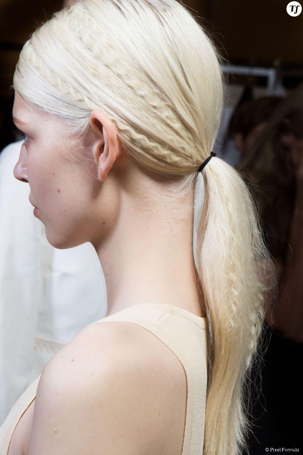 Mèches de cheveux crêpées et queue-de-cheval basse au défilé Stella McCartney printemps-été 2015.