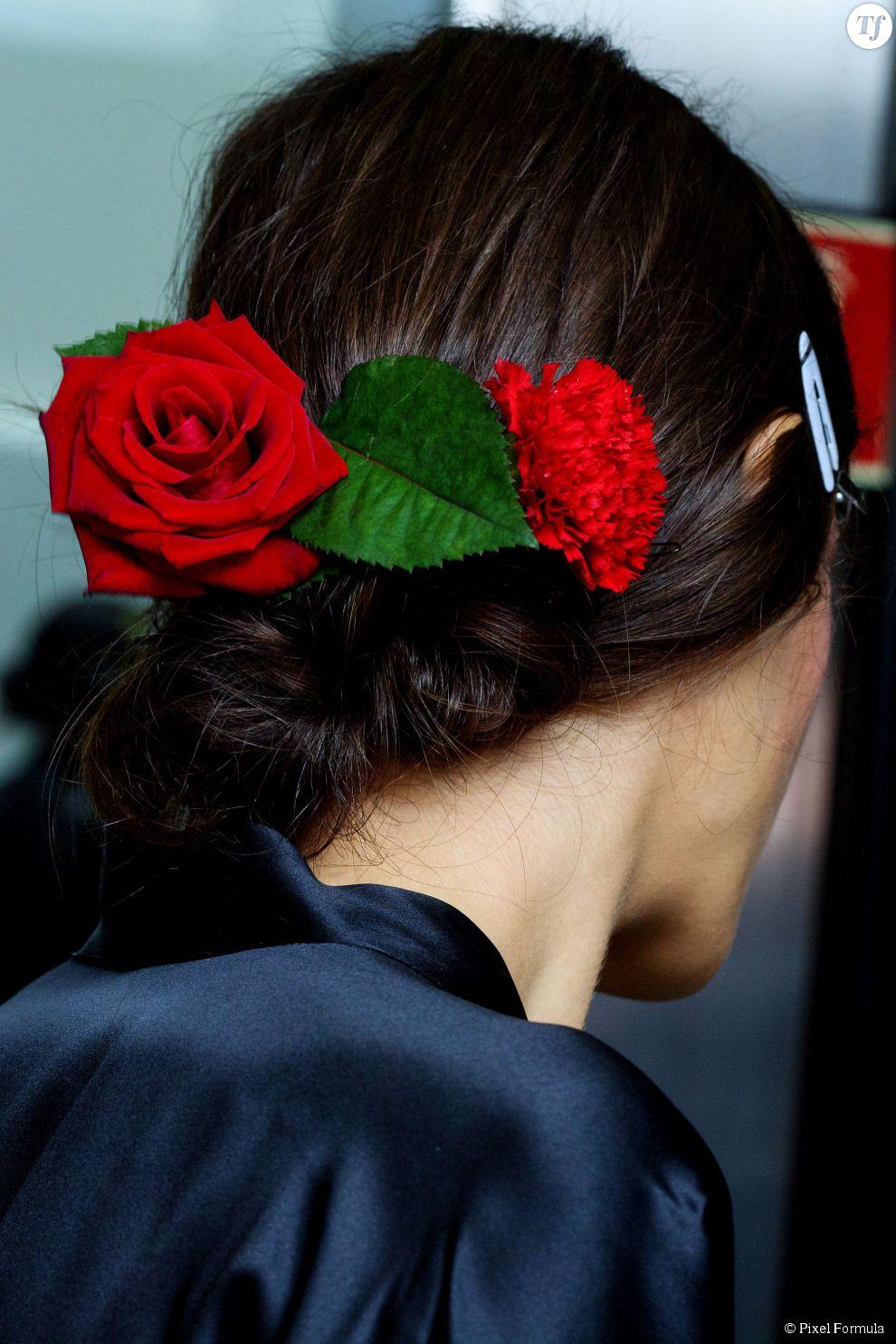 Roses rouges dans les cheveux et chignon bas au défilé Dolce & Gabbana printemps-été 2015.