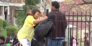 """Émeutes à Baltimore : une mère """"fout la honte"""" à son fils devant la planète entière"""