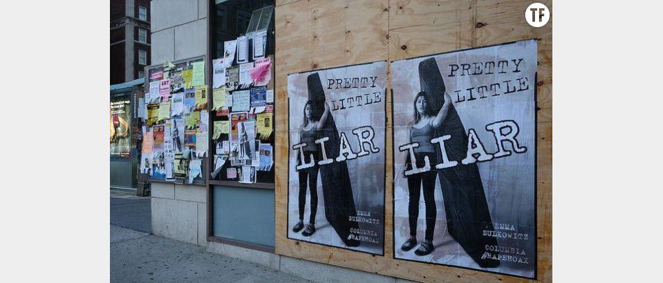 Les posters accusant Emma Sulkowicz de mentir sur son agression sexuelle
