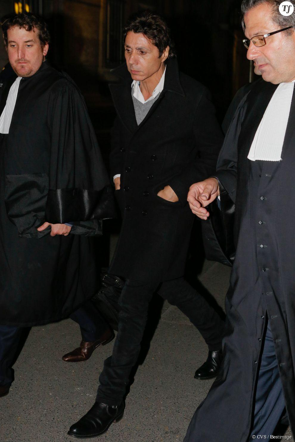Jean-Luc Lahaye quitte le palais de justice de Paris le 23 mars 2015. Le parquet a requis deux ans de prison avec sursis contre le chanteur, jugé par le tribunal correctionnel de Paris pour corruption de mineure de moins de 15 ans.
