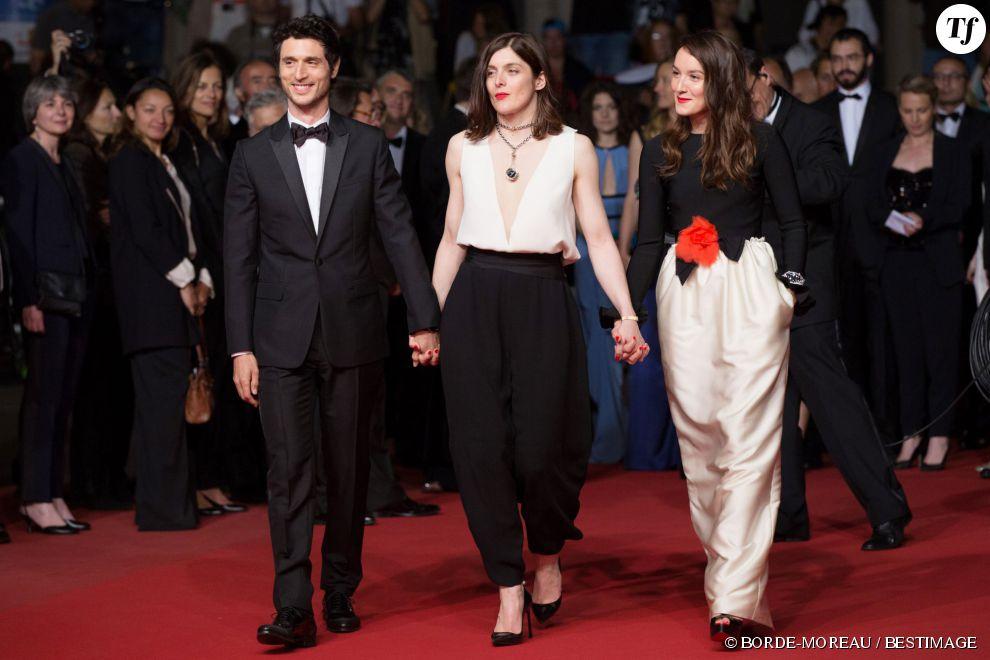 Jérémie Elkaïm, Valérie Donzelli et Anaïs Demoustier montent les marches à Cannes le 19 mai 2015.