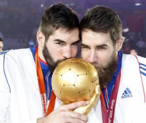 Nicola Karabatic et Luka Karabatic célèbrent leur victoire aux Championnats du monde au Qatar le 1er février 2015.