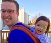 Ce super-papa fabrique des cache-oeil rigolos à sa fillette atteinte de cataracte