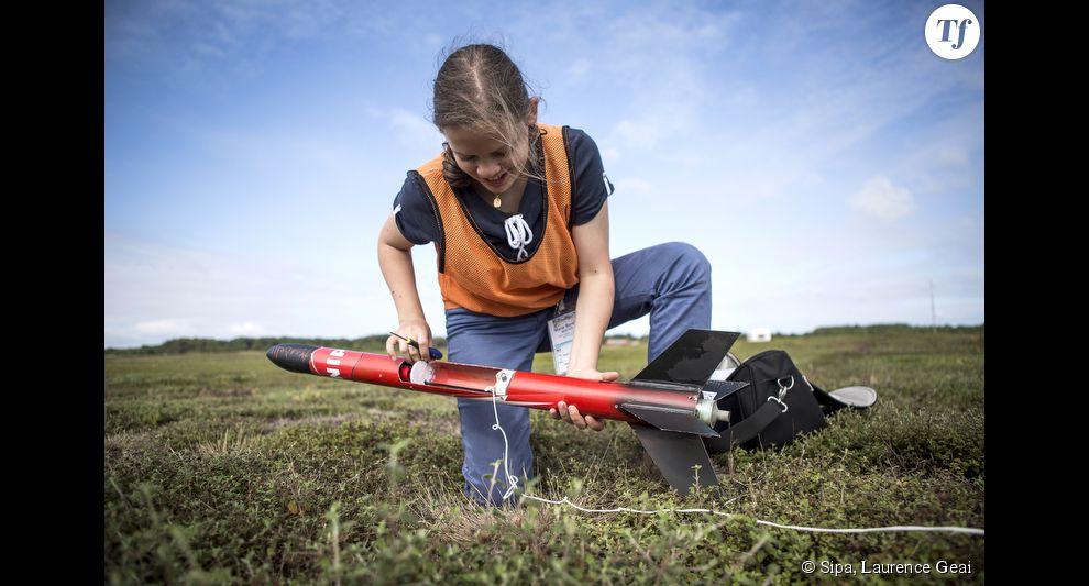 Marie-Bertille, 16 ans, se prépare à lancer dans les airs sa propre fusée à Biscarrosse dans les Landes