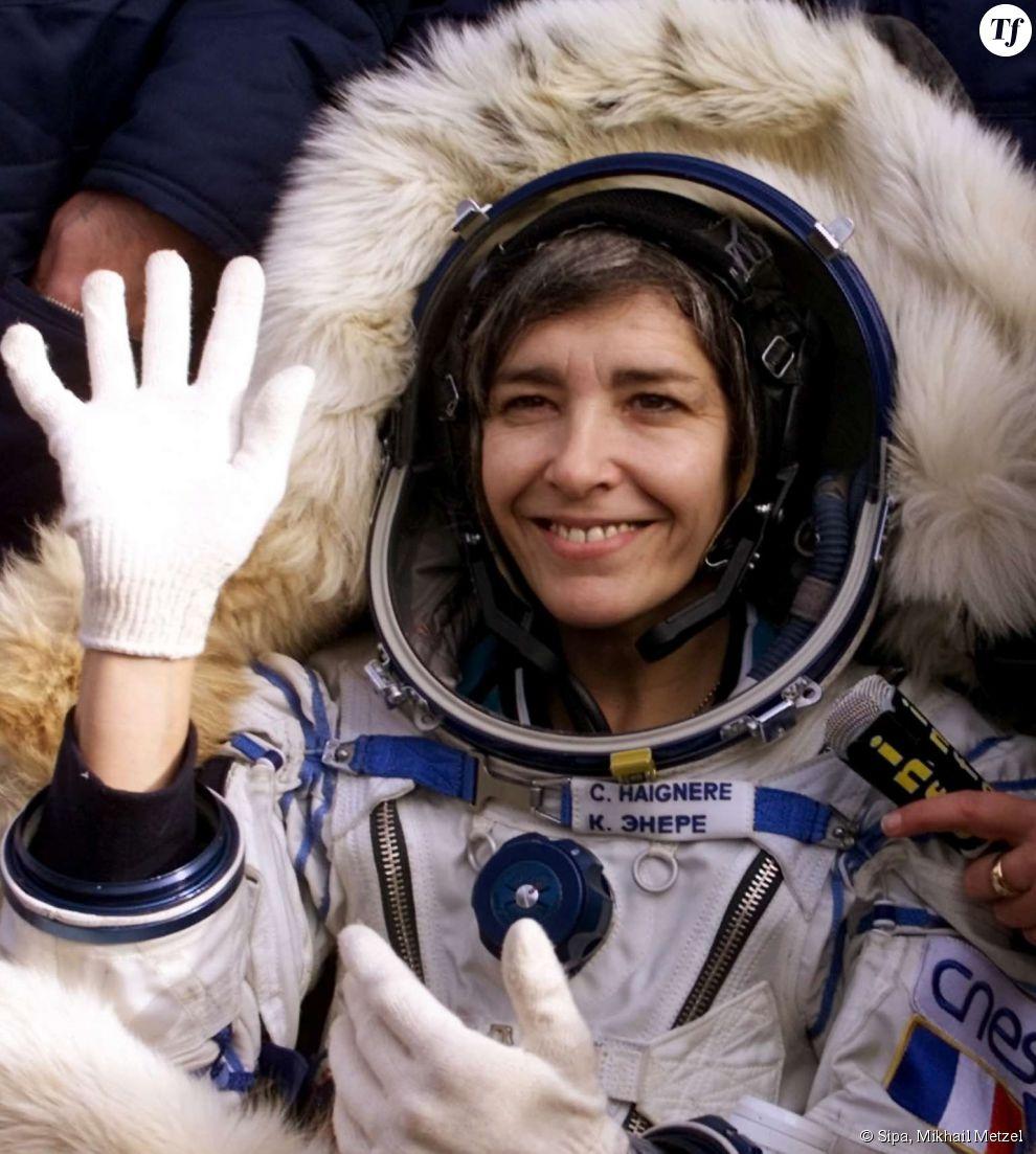 L'astronaute française Claudie Haigneré lors de son retour sur terre après sa seconde mission dans l'espace en 2001