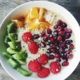 Smoothie bowl kiwi, orange, grenade et framboise