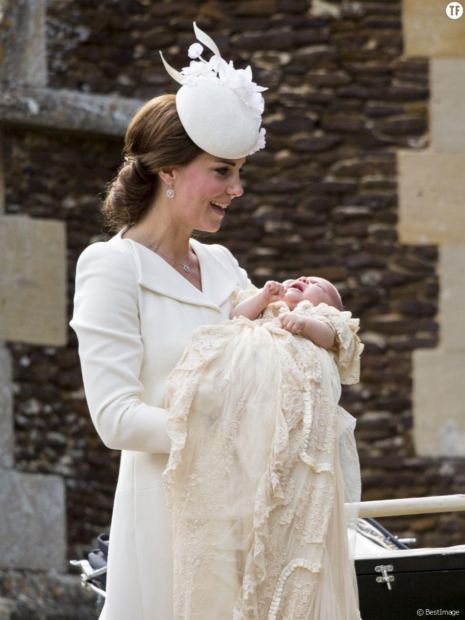 Catherine Kate Middleton, la duchesse de Cambridge et sa fille la princesse Charlotte de Cambridge - Sorties après le baptême de la princesse Charlotte de Cambridge à l'église St. Mary Magdalene à Sandringham, le 5 juillet 2015.