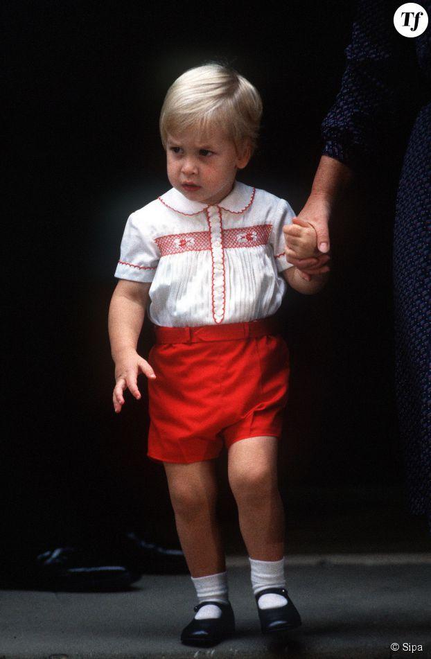 Le jeune Prince William, accompagné par sa nourrice Barbara Barnes, quittant l'hôpital St Mary à Londres le 16 septembre 1984 après avoir rencontré son petit frère, le Prince Harry.