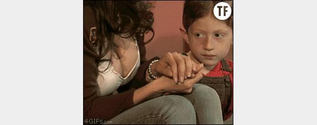 Même les petits garçons se font prendre la main dans le sac.