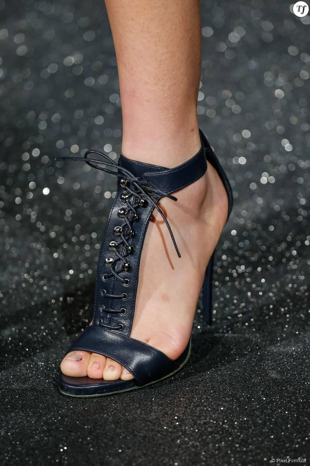 Défilé prêt-à-porter automne-hiver 2015-2016 : sandales lacées Alexis Mabille.
