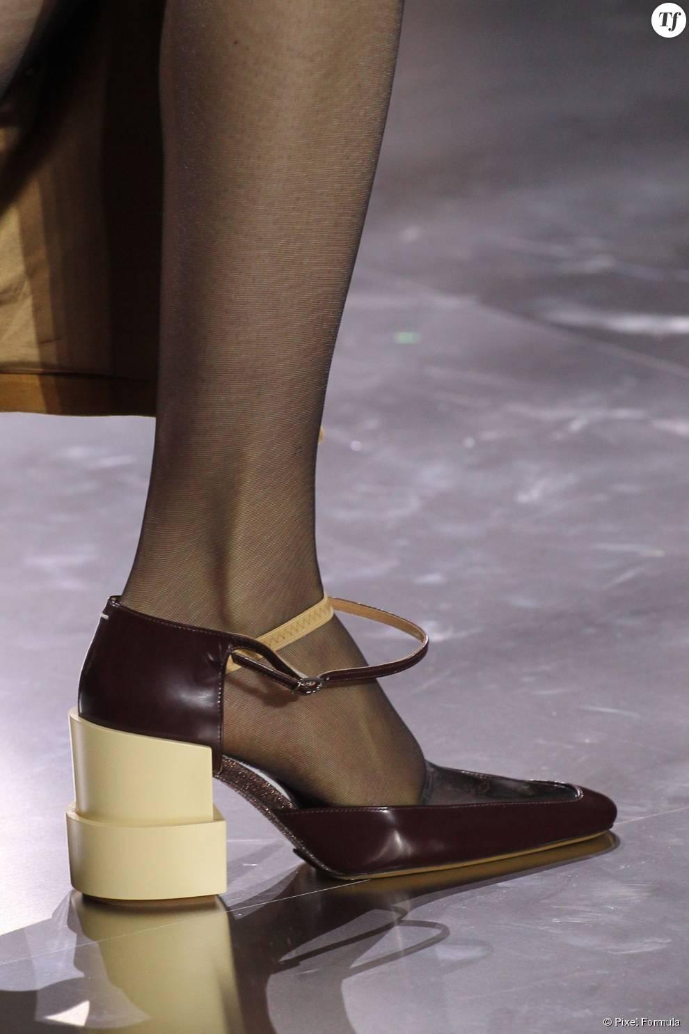 Défilé prêt-à-porter automne-hiver 2015-2016 : sandales à brides Maison Margiela.
