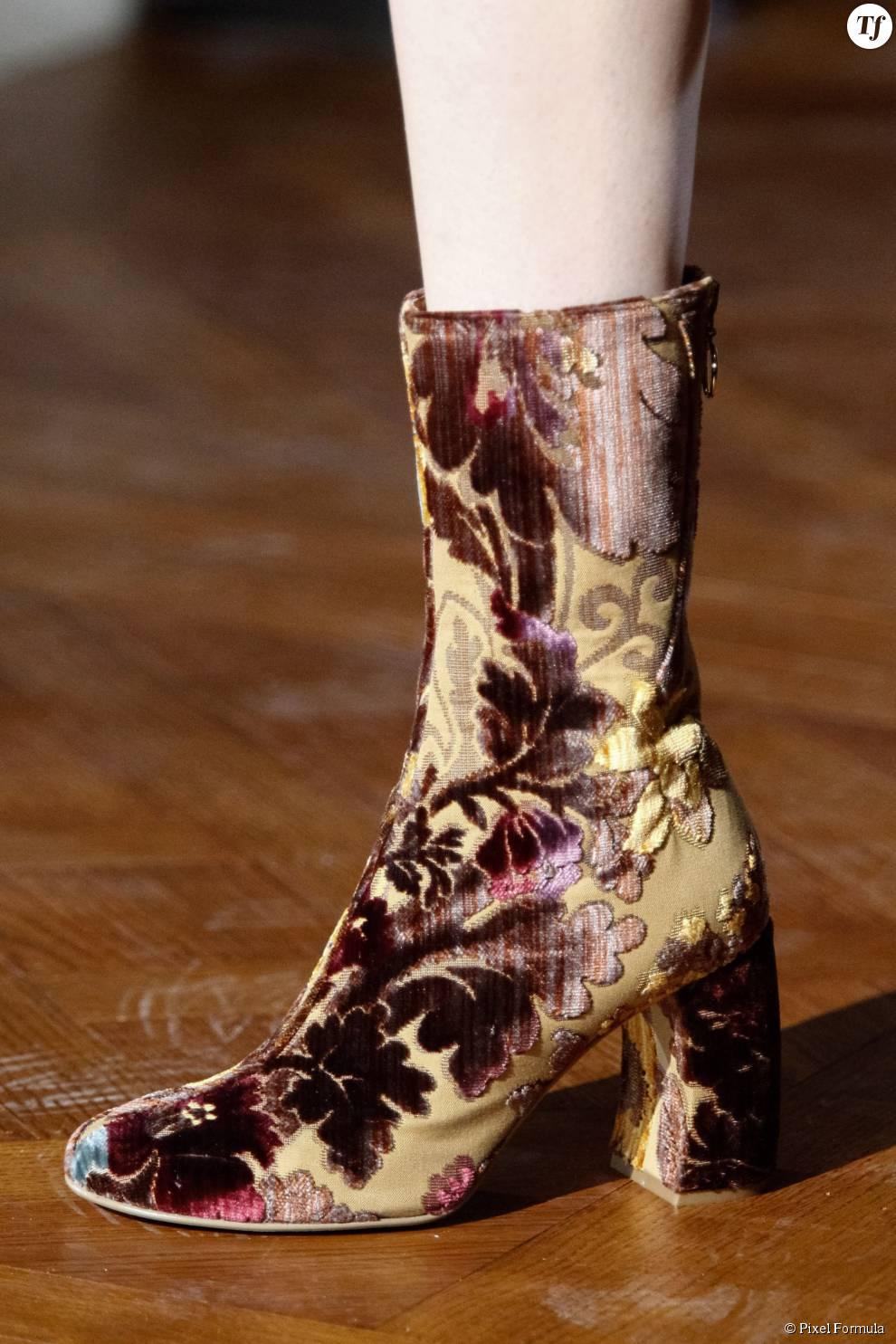 Défilé prêt-à-porter automne-hiver 2015-2016 : boots en velours Stella McCartney.