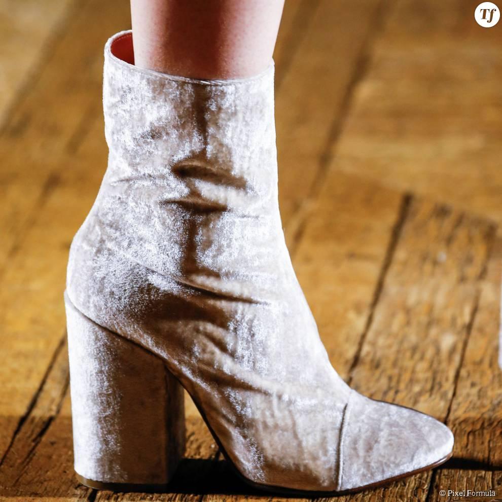 Défilé prêt-à-porter automne-hiver 2015-2016 : Boots en velous Dries Van Noten.