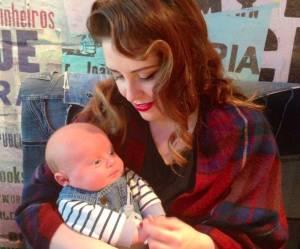 Voilà ce qui se passe quand une maman allaite son bébé après avoir mis de l'autobronzant