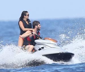 L'actrice Nina Dobrev et son nouveau compagnon Austin Stowell font du jet ski à Saint-Tropez le 24 juillet 2015.