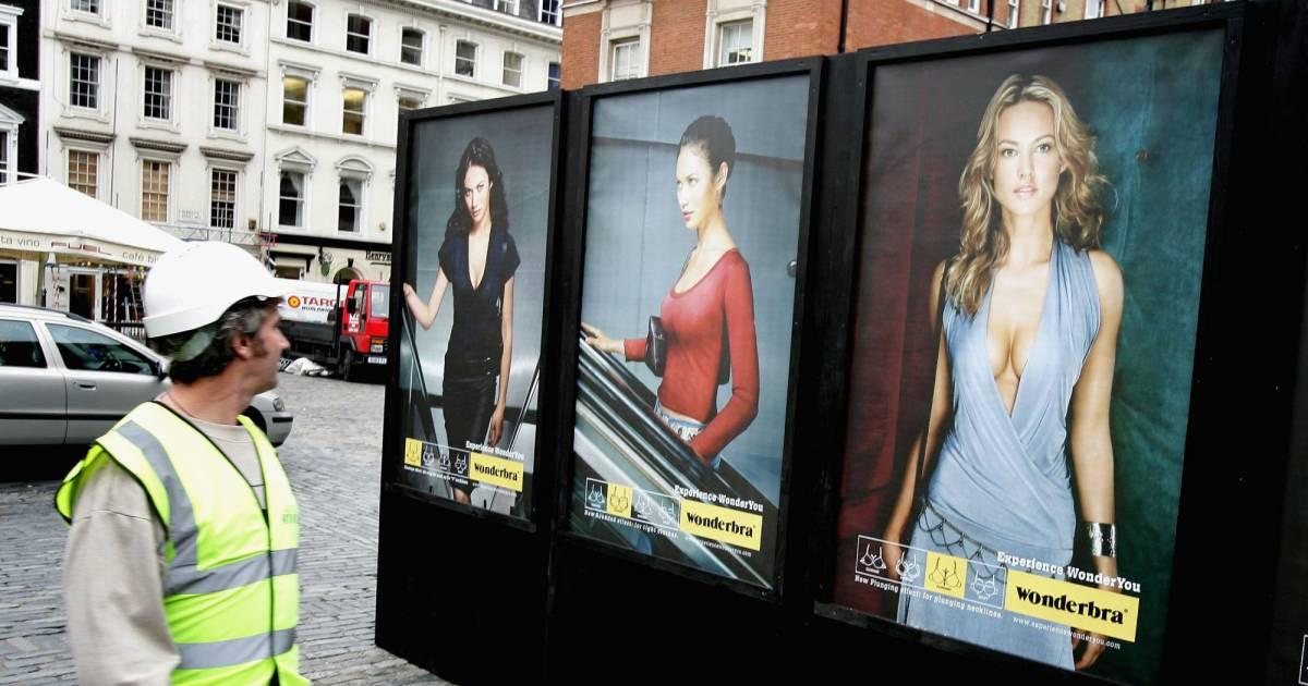Un homme recherche des publicités de femmes