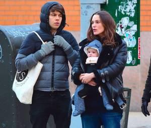 L'actrice et son mari en promenade à NY avec leur nouveau né.