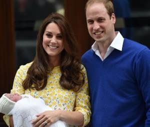 Le prince William ET la duchesse de Cambridge présentent leur fille, la princesse Charlotte.