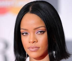 Les cheveux noir de jais de la chanteuse Rihanna.
