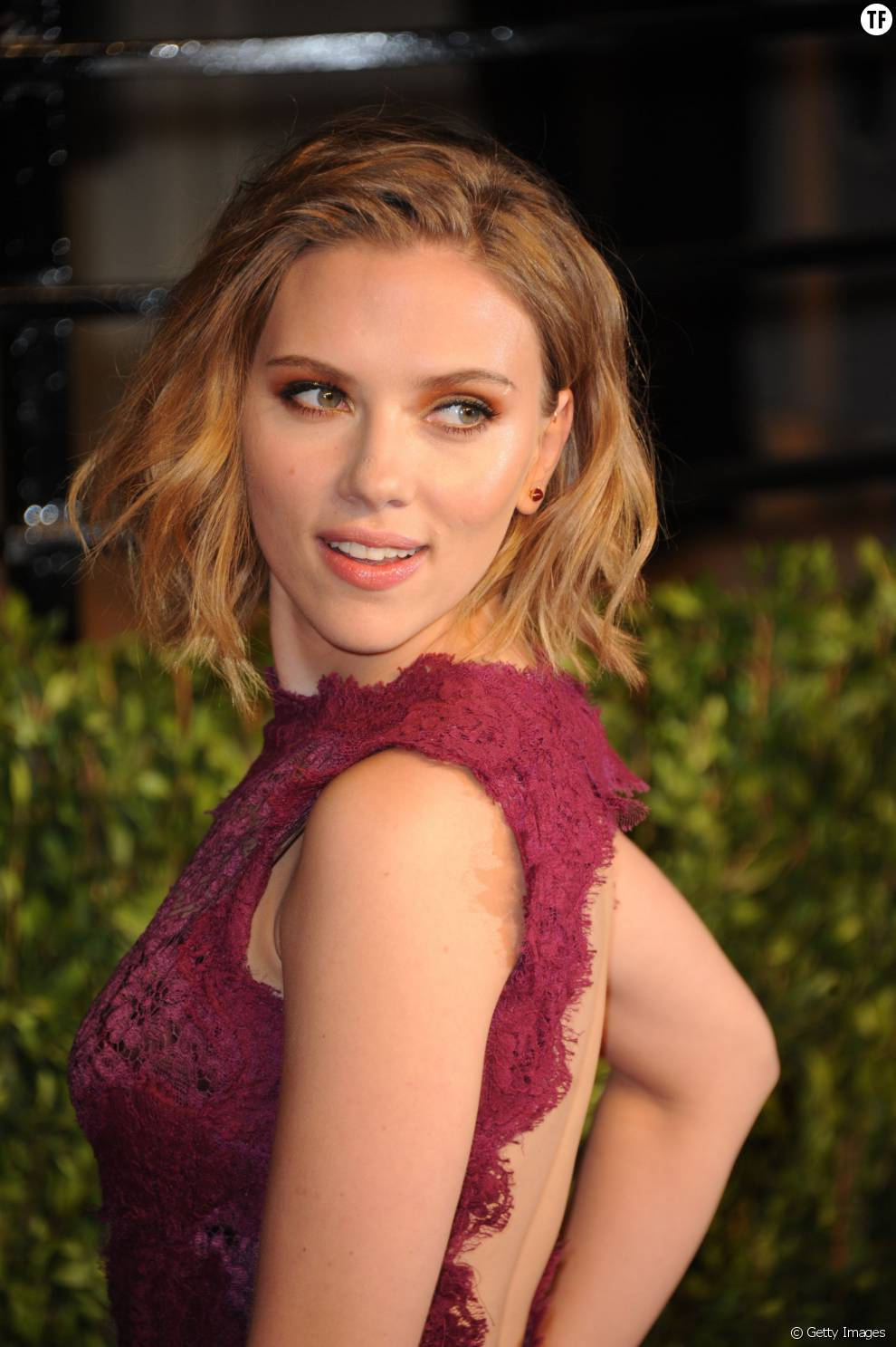 le carr ondul de l 39 actrice scarlett johansson. Black Bedroom Furniture Sets. Home Design Ideas