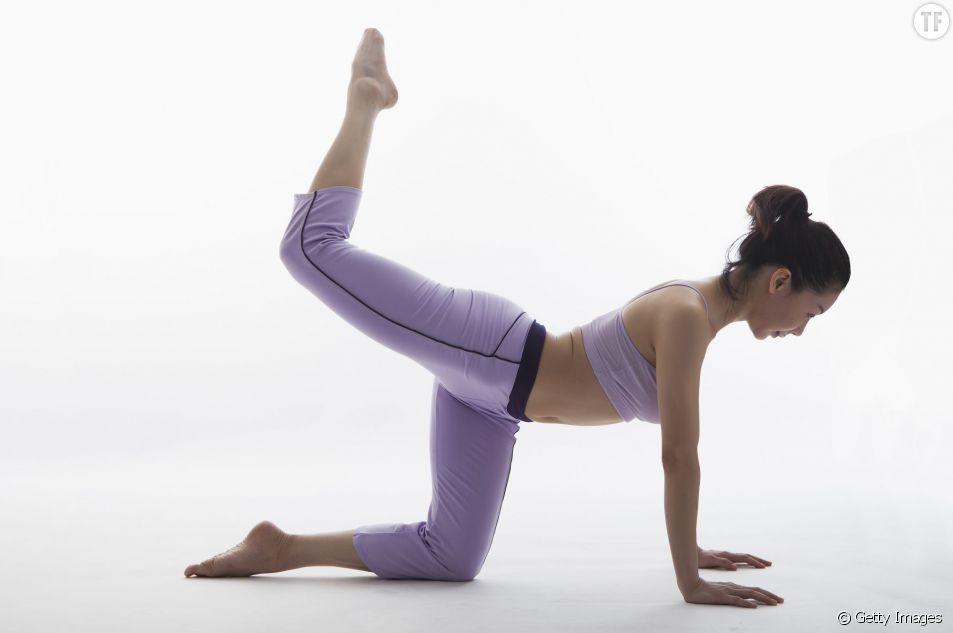 Le mouvement de yoga de flexion buste-genou pour renforcer les abdos et le dos