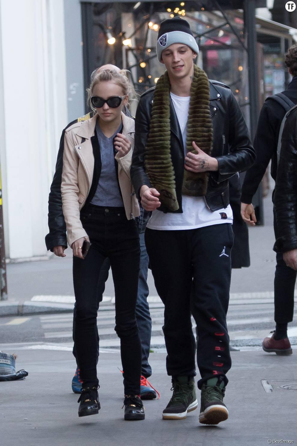Lily-Rose Depp et son petit-ami Ash Stymest dans les rues de Paris le 22 mars 2016