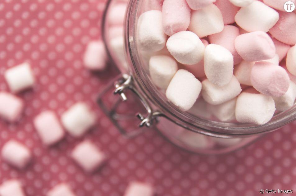 En cas de mal de gorge, manger des marshmallows peut s'avérer être une technique efficace.
