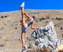 Cette pilote fait du yoga dans les plus beaux endroits du monde