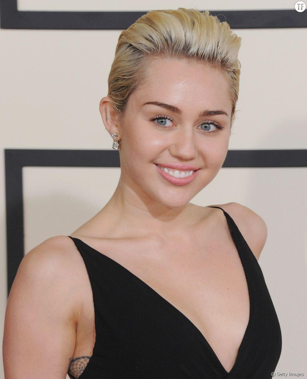 Miley Cyrus Plaque Ses Cheveux Vers L Arriere Pour Degager Son Visage Terrafemina