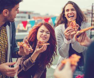 Pourquoi vous ne devriez jamais tenir une part de pizza par la croûte