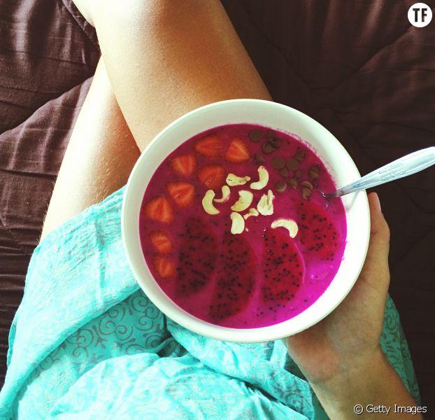 Femme tenant un smoothie bowl