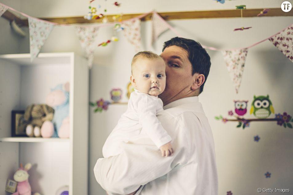 Moins travailler (et moins gagner) pour pouponner : un père sur deux est d'accord