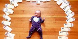 Pourquoi cette maman a photographié son bébé entouré de lait maternel