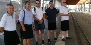 Interdits de bermuda en pleine canicule, des chauffeurs de bus se mettent en jupe